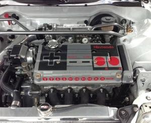 Culata del motor de un coche decorada como un mando de Nintendo NES