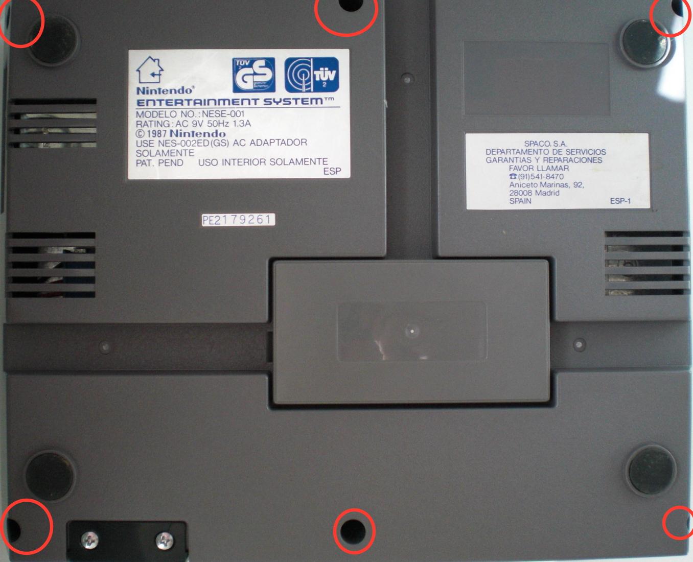 Primero desatornillar los seis tornillos para abrir la NES