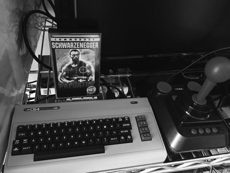 Jugando a predator para C64