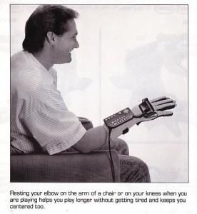 Señor alucinando con el Power Glove